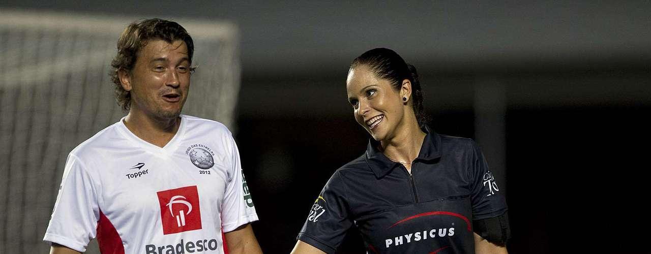 A ex-bandeirinha Ana Paula de Oliveira brinca com Rubens Junior durante o jogo