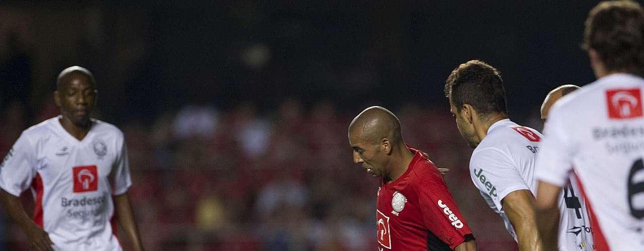 Emerson, do Corinthians, abriu o placar do jogo aos 3min