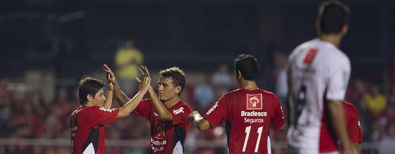 Conca é cumprimentado por ter feito o gol que salvou o time do Zico