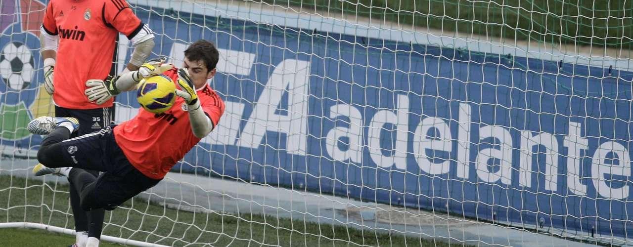 Casillas realiza defesa durante treinamento aberto do Real. Goleiro ganhou o apoio da torcida após ter sido barrado por Mourinho no duelo diante do Málaga, na última semana