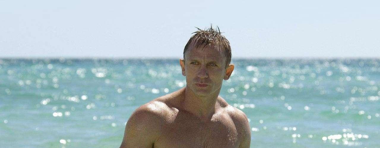 Este ano foi lançada a nova sequência de 007, Operação Skyfall. Mas desde que assumiu o personagem, o inglês Daniel Craig provou que não somente de missões vive o agente secreto - é preciso malhar muito para conseguir todas as proezas
