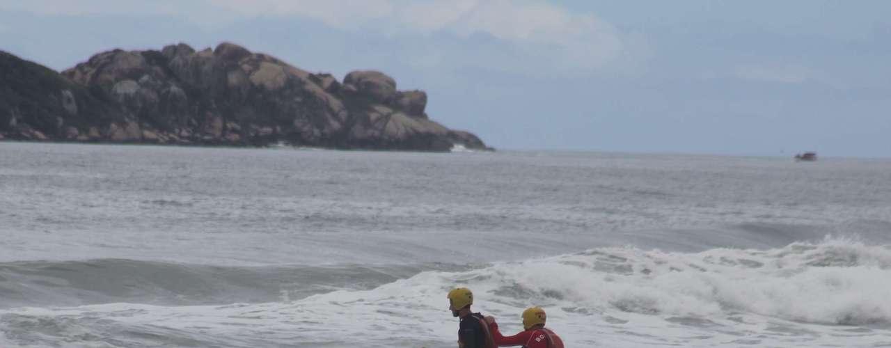 vQuem arriscou visitar praias da região leste da ilha - como Joaquina e Mole - enfrentou um engarrafamento gigantesco no morro de acesso à Lagoa da Conceição
