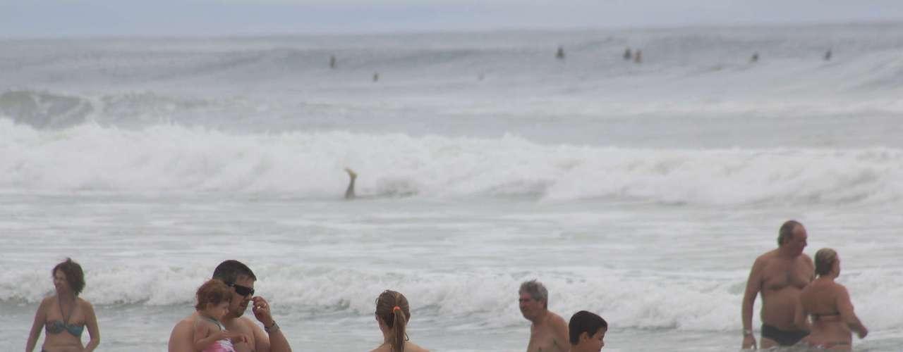 30 de dezembroApesar do tempo nublado, turistas lotam praia