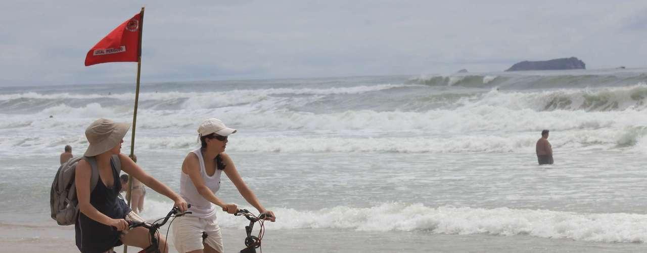 Mulheres circulam de bicicleta em Florianópolis
