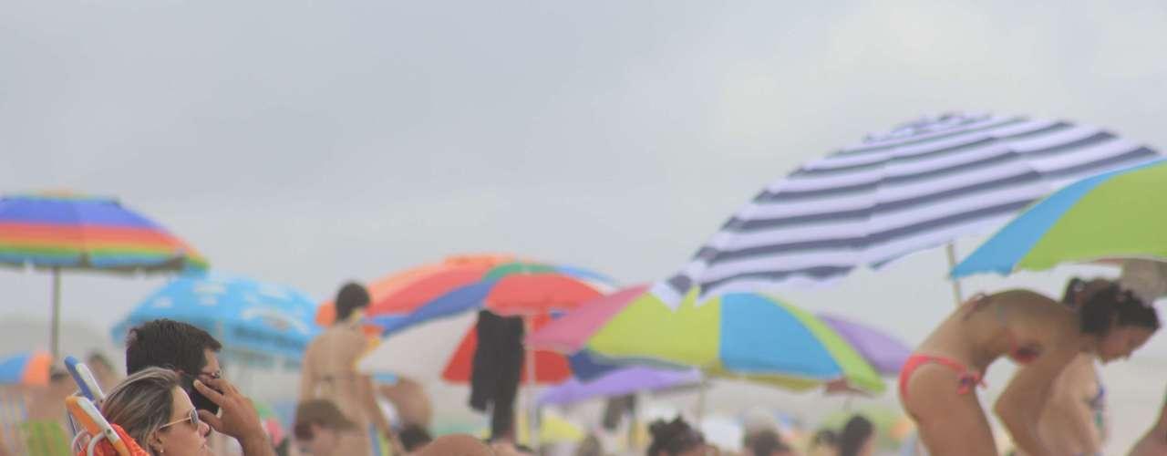 30 de dezembro Nas praias de SC, apesar do tempo ruim, banhistasaproveitam o dia na praia
