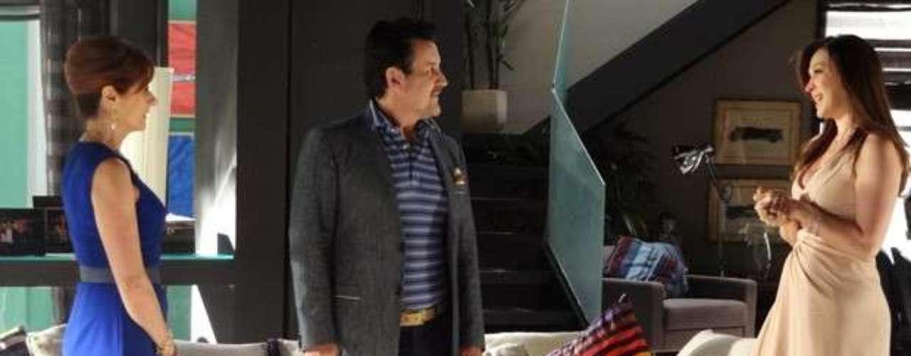 Lívia (Claudia Raia) inventa para Mustafa (Antoniio Calloni) que Berna (Zezé Polessa) pegou dinheiro dele para ajudar uma entidade