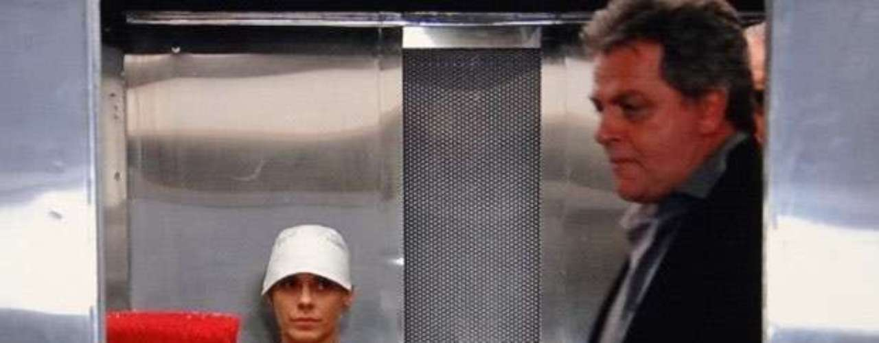 Jéssica (Carolina Dieckmann) se disfarça de camareira com a ajuda de Morena (Nanda Costa), dribla os seguranças e consegue fugir do hotel