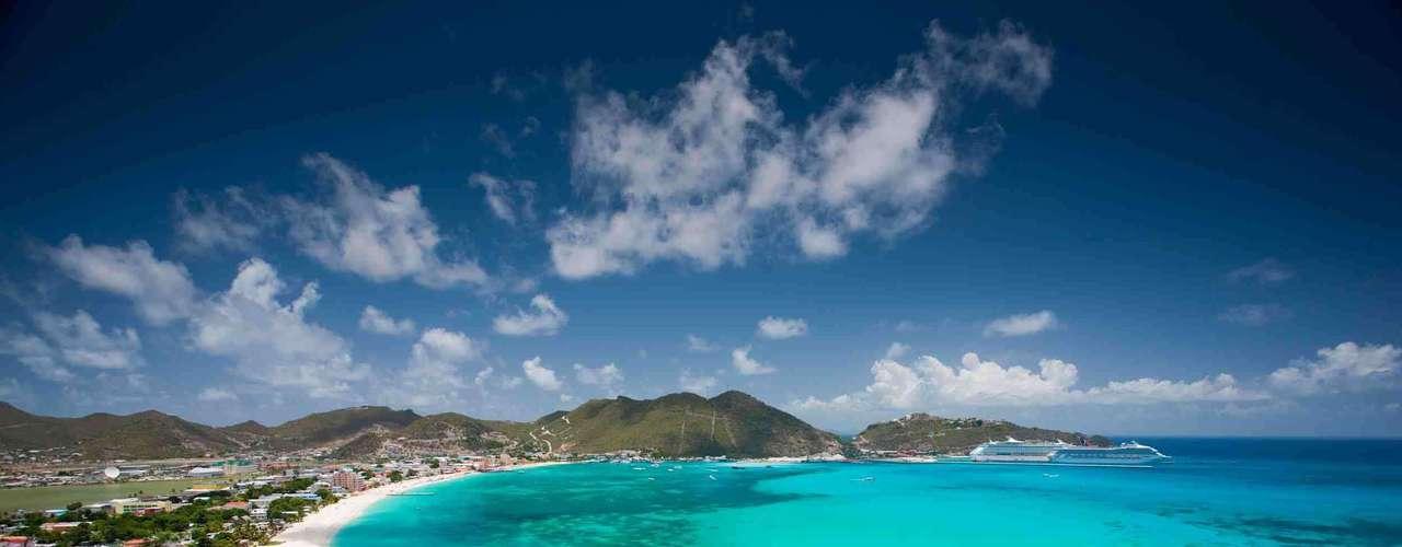 Saint Maarten Território dividido entre a Holanda e a França, a ilha de Saint Maarten combina o charme europeu com a beleza do Caribe, com 37 belas praias de águas cristalinas. A Top Brasil Turismo tem pacotes a partir de R$ 6 mil por pessoa de 8 dias e 7 noites com passagem e hospedagem, em saídas nos dias 13 e 19 de janeiro. Informações: (11) 5576-6300