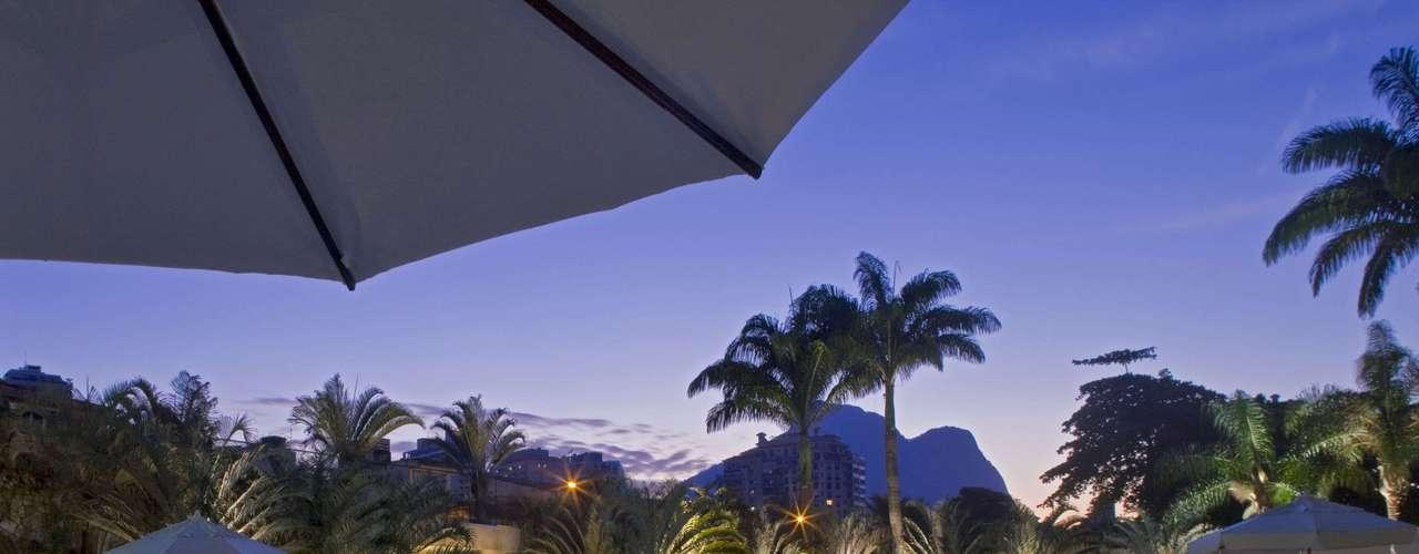 Rio de Janeiro, RJ Localizado no exclusivo bairro da Barra da Tijuca, o Sheraton Barra tem pacotes para as férias de janeiro a partir de um mínimo de duas noites, com café da manhã e um almoço por estadia no restaurante Terral. O valor para casal para dois dias R$ 1.400 entre 1 de janeiro e 28 de fevereiro, exceto Carnaval. Informações: (21) 3139-8033
