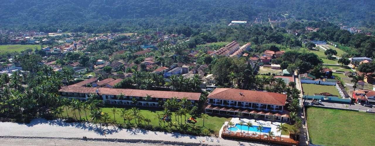 Maresias, SP  Recentemente reformado, o Beach Hotel Maresias tem 93 apartamentos amplos, a maioria de frente para o mar. O hotel é ideal para famílias com crianças, e tem uma faixa gramada que separa o hotel da praia, facilitando o acesso. Para as férias de janeiro, no Beach Hotel Maresias, os preços para casal começam em R$ 2.670 (pacote 5 dias), sempre com café da manhã e jantar e serviço de praia incluídos. Informações: (11) 3361-2077