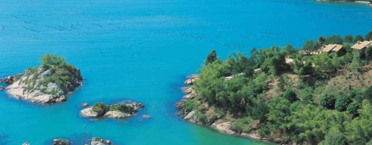 Governador Celso Ramos, SC Luxuoso resort em Governador Celso Ramos, a 40 km de Florianópolis, Ponta dos Ganchos tem 25 bangalôs sofisticados, spa, cinema e quadra de tênis, tudo frente a uma das praias mais lindas do sul do país. O resort recebe apenas maiores de dezoito anos. Pacotes de 4 dias a partir de R$ 8.720 em belos bangalôs. Informações: (48) 3953-7000