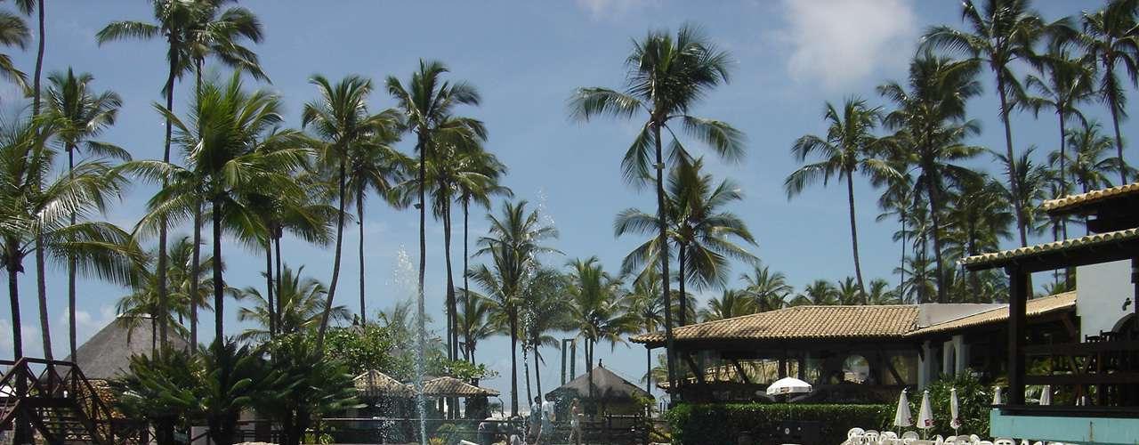 Ilhéus, BA Situado em Ilhéus, o Cana Brava Resort é um dos maiores complexos hoteleiros da Costa do Cacau, na Bahia. O resort é ideal para viajar em família, com diversão para todas as idades. As diárias promocionais para as férias de janeiro são válidas para o período de 5 de janeiro a 8 de fevereiro, e custam a partir de R$ 815 no sistema all inclusive. O pacote inclui como cortesia a estadia para duas crianças acomodadas no mesmo apartamento que dois adultos pagantes. Informações: (73) 3269-8000