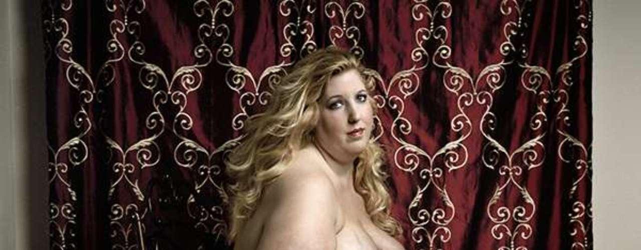 Longe de corpos magérrimos que ganham as passarelas, o fotógrafo italiano Yossi Loloi fez um ensaio que mostra o oposto aos padrões de beleza ditados pela moda e exalta as curvas de mulheres com obesidade mórbida