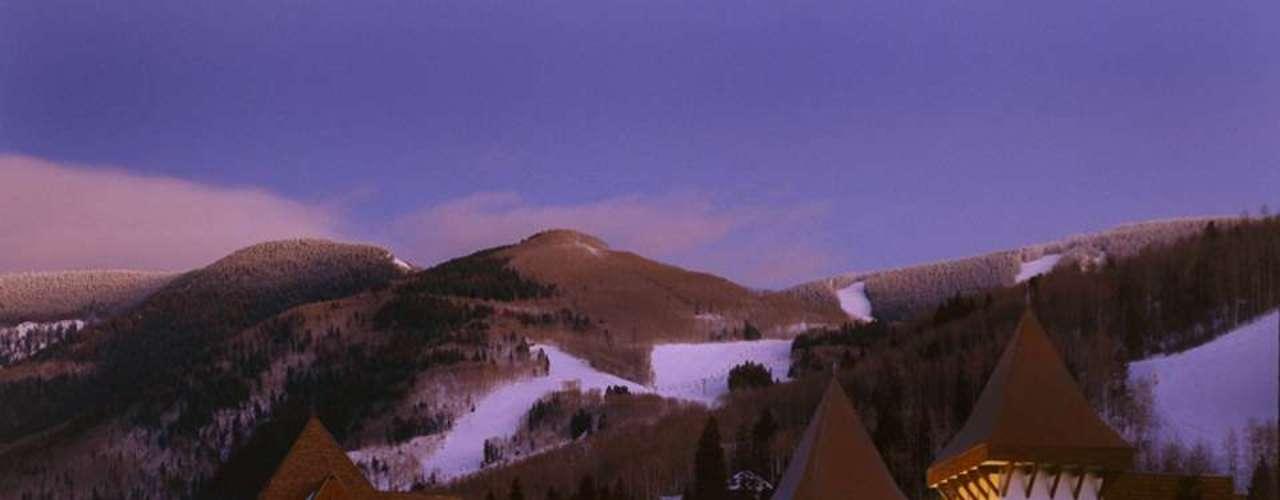 Vail, Estados Unidos Algumas pessoas preferem fugir do calor do verão brasileiro e curtir um friozinho esquiando em destinos como Vail, no estado americano de Colorado. A Abreutur leva turistas para Vail em pacotes de 7 noites com passagem aérea, hospedagem no Vail Marriott Mountain e ski pass de seis dias por um valor de R$ 8.600. Informações: (11) 3702-1840