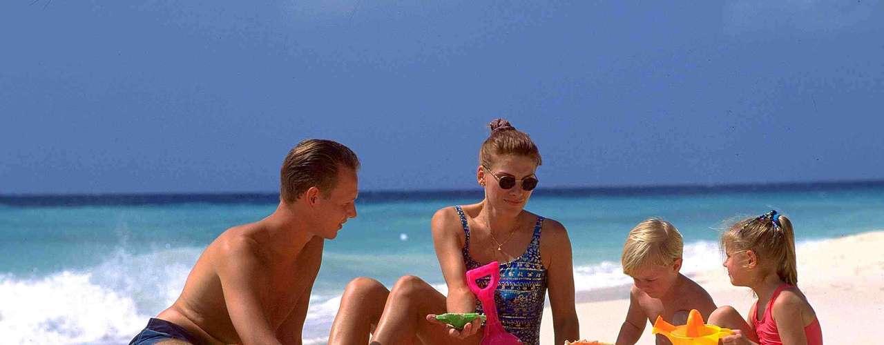 Aruba A empresa Agaxtur oferece pacotes de 7 noites na paradisíaca ilha caribenha de Aruba por R$ 5.665 por pessoa, com saídas em 15 de janeiro. As hospedagens são no Holiday Inn Sunspree, confortável hotel frente ao mar com spa, piscina, academia e clube infantil. Informações: (11) 3067-0900
