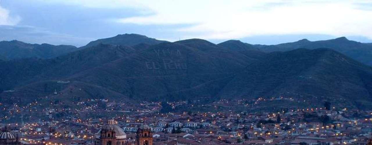 Peru O Peru é um país cheio de encantos históricos, naturais e gastronômicos que fascinam cada vez mais os visitantes. A operadora Queensberry oferece um circuito pelo país com duas noites na capital, Lima, duas na linda cidade de Arequipa, duas noites no Vale Sagrado dos Incas, duas noites na cidade de Águas Calientes, ao pé de Machu Picchu, e três em Cusco, antiga capital do império Inca, a mais de 3 200 metros acima do nível do mar. Com saída em 13 de janeiro, o pacote custa R$ 7.800, com transporte aéreo e hospedagem. Informações: (11) 3217-7600