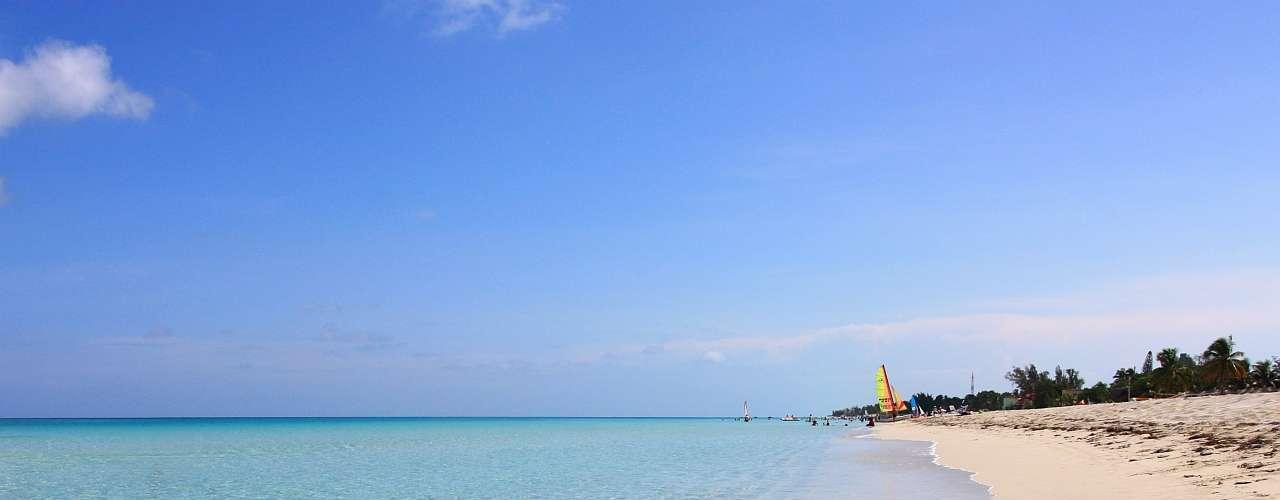 Cuba A ilha de Cuba tem um encanto único, mistura de suas praias caribenhas e a arquitetura de sua capital a Havana e de seus carros da década de 50. A Intravel conta com pacotes de 6 dias sem passagem aérea, com 3 dias na capital e 3 dias em Varadero, destino paradisíaco de areias brancas e águas cristalinas, com preços a partir de R$ 1.400 para hotéis três estrelas, e opções de acomodações superiores. Saídas em 7 de janeiro. Informações: (11) 3120-4141