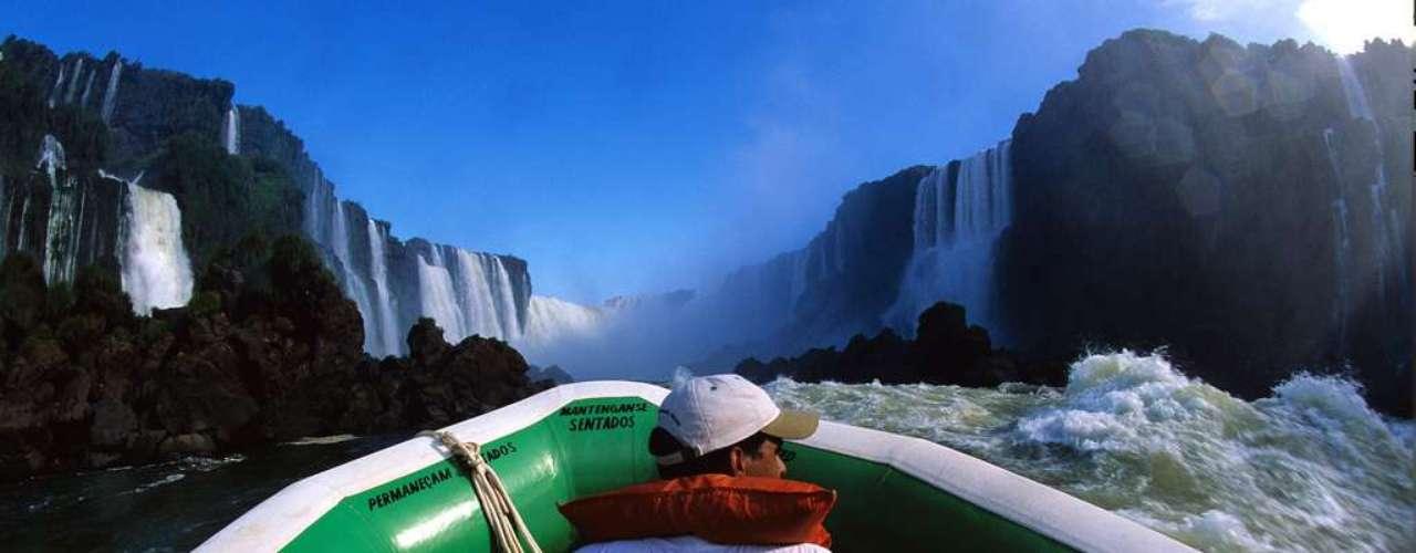 Foz do Iguaçu, PR Famoso por suas incríveis Cataratas, Foz do Iguaçu é um dos principais destinos turísticos do Brasil. A operadora CVC leva os turistas para conhecer estas maravilhas naturais com pacotes de 4 dias que incluem transporte aéreo, hospedagem e passeios do lado brasileiro e do lado argentino, por R$ 950 por pessoa. Informações: (11) 2191-8410