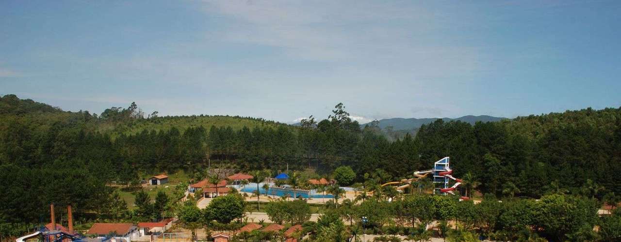 Suzano, SP A cerca de 50 km de São Paulo, Suzano tem entre seus atrativos a Pousada Magic City. Parque de diversão, fazendinha e parque de aventuras fazem parte desta pousada, que tem todas as atividades inclusas por R$ 918 por pessoa para duas noites. Informações: (11) 4746-5805