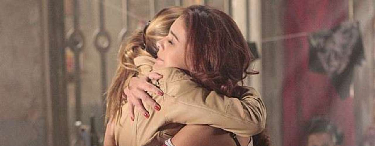 Até Rosângela (Paloma Bernardi) abraça as rivais