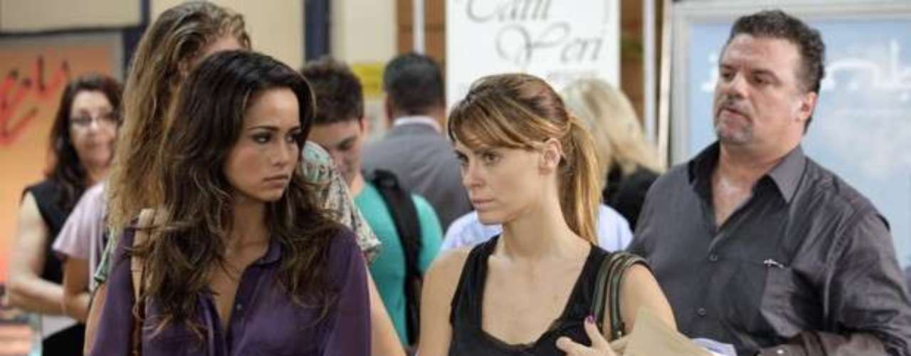 Morena (Nanda Costa) e Jéssica (Carolina Dieckmann) aproveitam para tirar onda com a cara de Russo (Adriano Garib), após conseguirem passar pela revista do aeroporto sem serem descobertas
