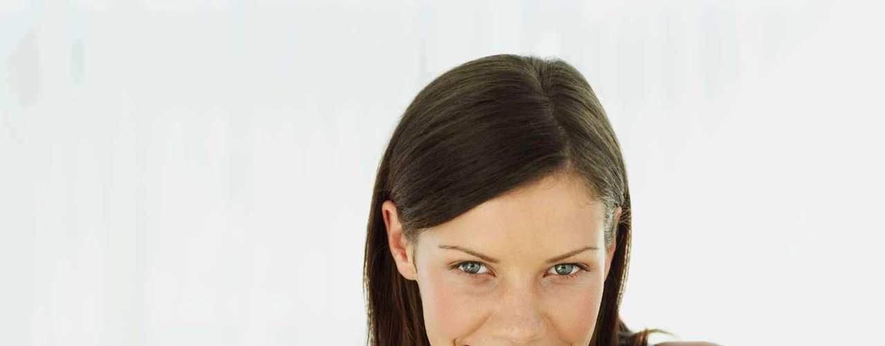 Mastigação: engolir a comida atrapalha a perda de peso. Segundo Jacira, comer rápido retarda a percepção de saciedade. O mínimo recomendado é de 10 a 12 movimentos mastigatórios por porção para uma digestão adequada. \