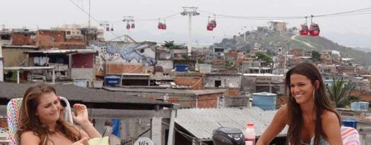 O Complexo do Alemão, no Rio de Janeiro, foi invadido pelo elenco da novela Salve Jorge. Intérprete de Lurdinha, Bruna Marquezine marcou presença no local para gravar cenas de biquíni, tomando sol na laje