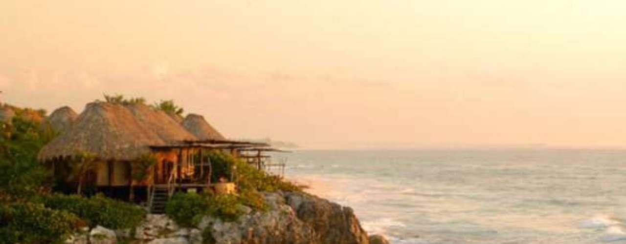 Copal fica no topo de um morro em Tulum, tendo fácil acesso à praia particular de águas em tom de verde. Diárias custam a partir de R$ 600 por pessoa