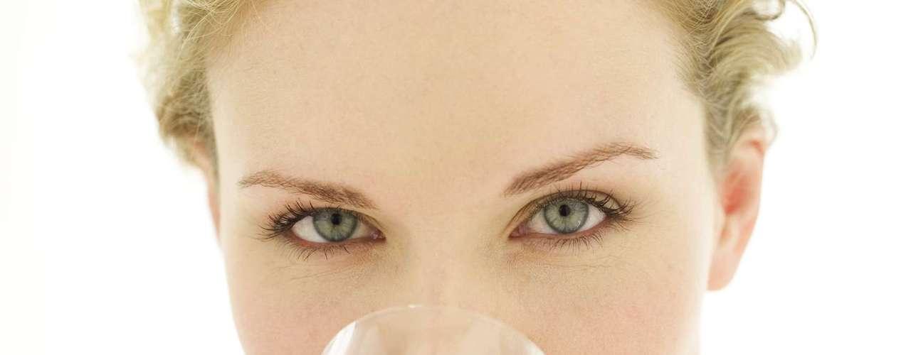 Falta de água: a nutricionista Yole Brasil lembrou que sem a ingestão da quantidade adequada (seis a oito copos) de água por dia, o indivíduo não consegue emagrecer. O líquido, porém, não deve ser ingerido durante as refeições, pois aumenta o volume do estômago. \
