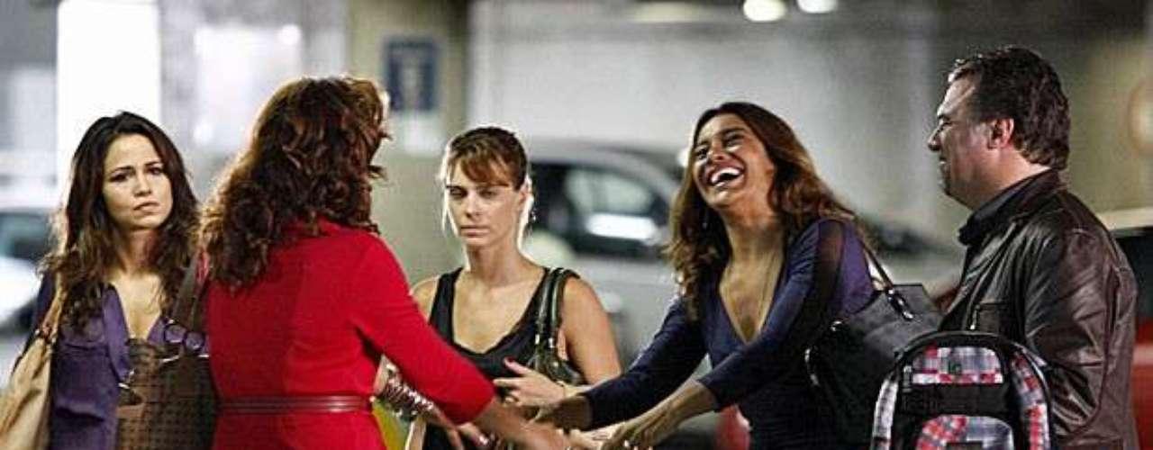 Ainda no aeroporto, ao desembarcarem no Brasil, Morena e Jéssica são seguidas de perto por Russo. Wanda também aparece no local para deixar o clima mais tenso