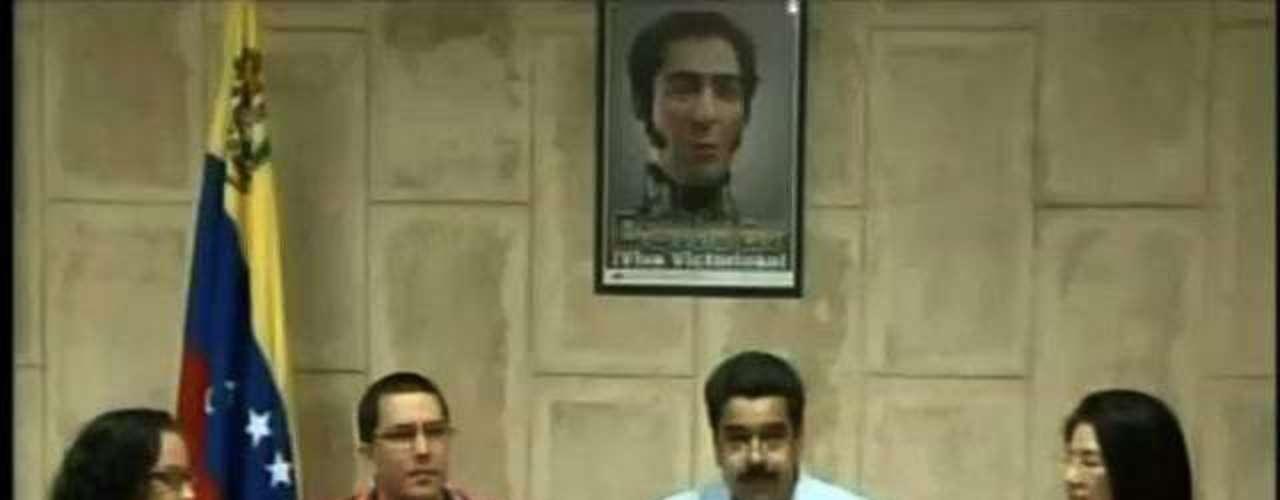 30 de dezembro - Nicolas Maduro fala sobre o estado de saúde de Chávez ao lado do ministro da Tecnologia, Jorge Arreaza (segundo a esquerda), da filha do presidente, Rosa Virginia (esq.), e da procuradora-geral, Cilia Flores (dir.), em Caracas. Maduro afirmou que o estado \
