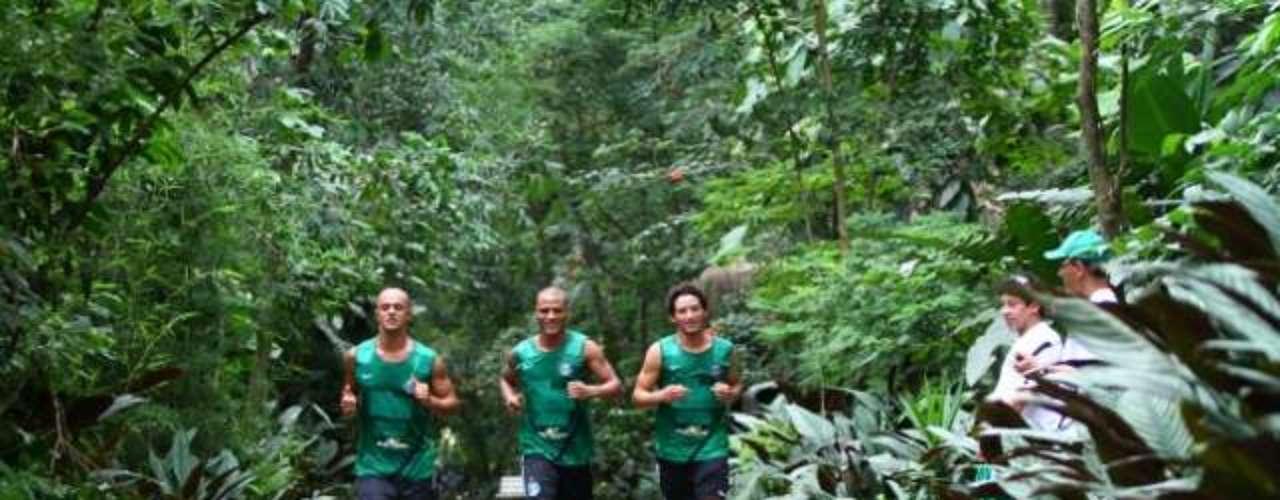 O atacante Arthur deixou o Paraná para vestir a camisa do Coritiba em 2013