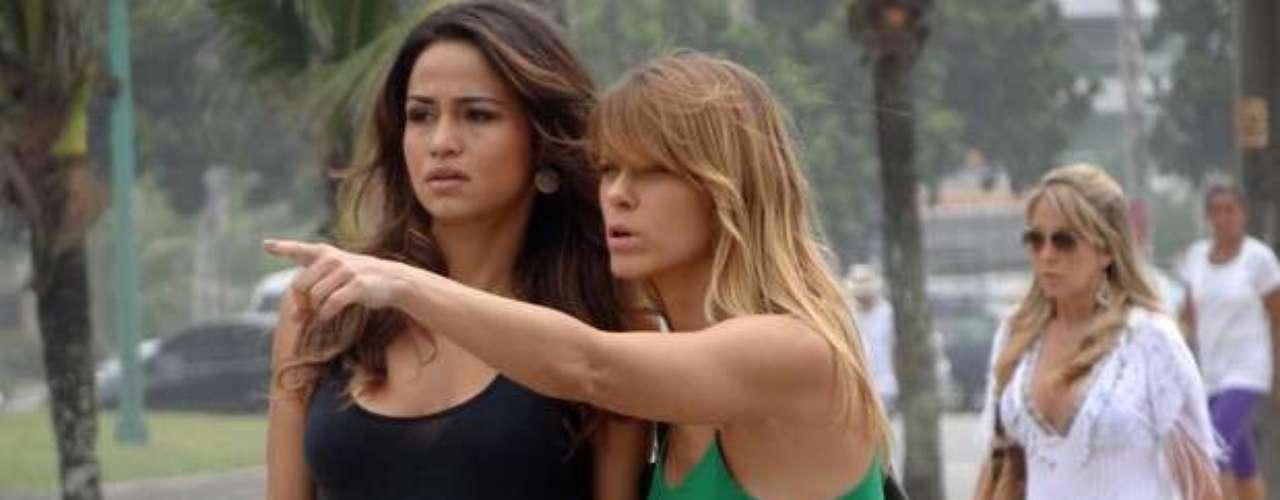 Jéssica (Carolina Dieckmann) e Morena (Nanda Costa) vêem Russo (Adriano Garib) entrando em um prédio e ainda dão de cara com Wanda (Totia Meirelles) e Coronel Nunes (Oscar Magrini)