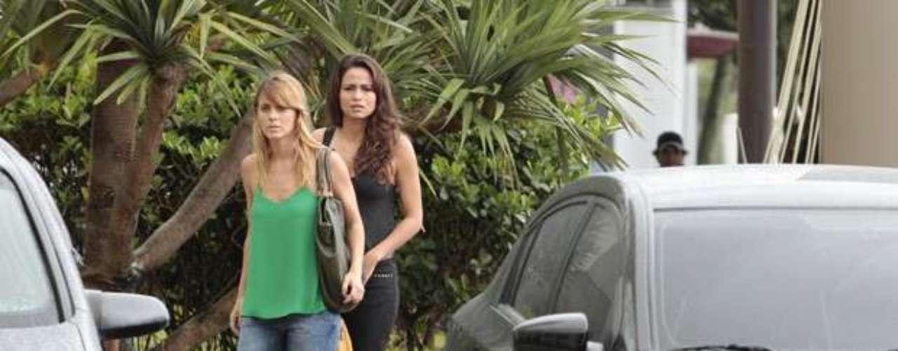Morena (Nanda Costa) e Jéssica (Carolina Dieckmann) saem à procura do hotel para onde foram levadas quando chegaram ao Brasil, já que acreditam que a chefe da máfia se esconde por lá