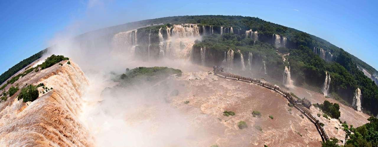 10 de janeiro Populares admiram vazão das Cataratas do Iguaçu, no Parque Nacional do Iguaçu, que completa 74 anos, em Foz do Iguaçu (PR), nesta quinta-feira