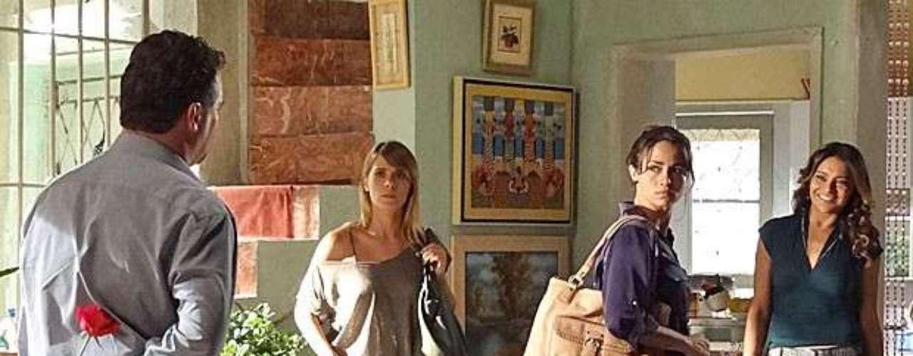 Russo (Adriano Garib) chega à casa de Morena (Nanda Costa) e escuta ela e Jéssica (Carolina Dieckmann) dizerem que vão até a delegacia