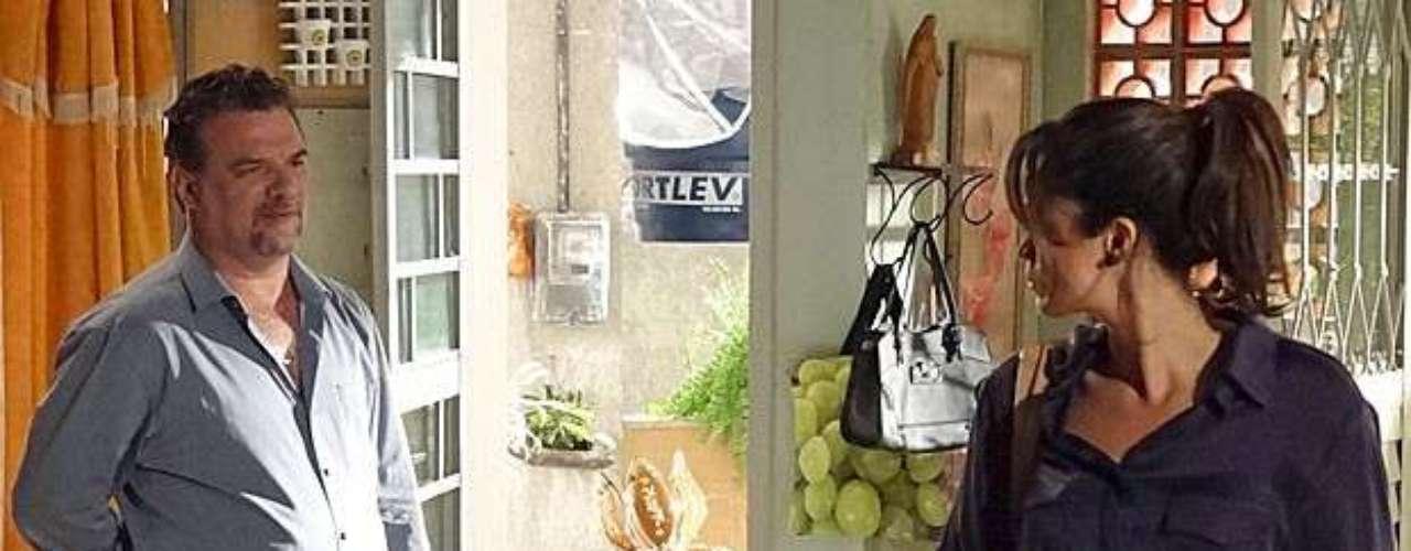 Morena (Nanda Costa) pensa rápido e inventa uma desculpa para se encontrar com Helô (Giovanna Antonelli)