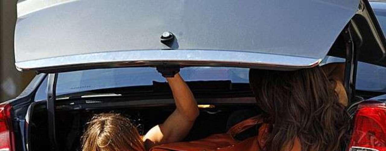 Morena (Nanda Costa) e Jéssica (Carolina Dieckmann) conseguem encontrar de entrar no prédio de Helô (Giovanna Antonelli) sem que ninguém veja. Elas querem contar para a delegada  que foram traficadas, mas Russo (Adriano Garib) está de olho nas duas e já colocou vários seguranças no entorno do prédio da delegada