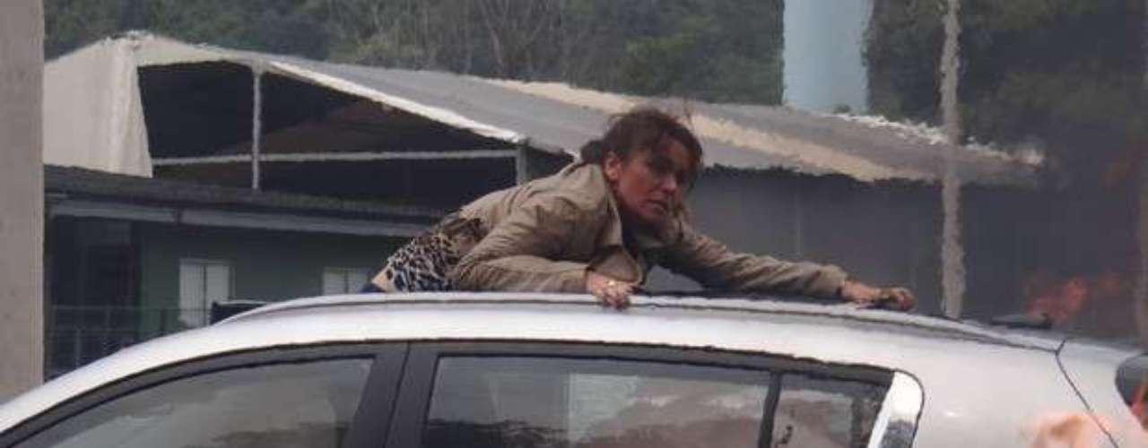 Helô (Giovanna Antonelli) tenta sair do carro