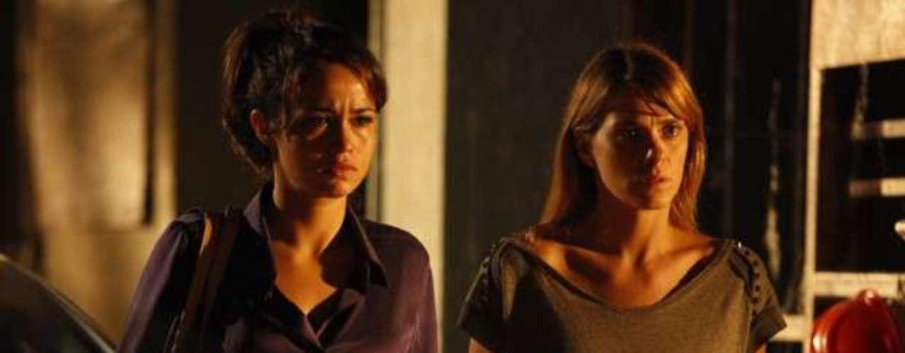 Morena (Nanda Costa) e Jéssica (Carolina Dieckmann) são surpreendidas pelo capanga, que as leva para um lugar deserto