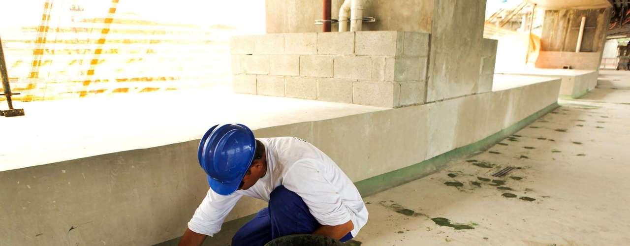 27 de dezembro de 2012:Funcionários aceleram as obras para a inauguração do Maracanã