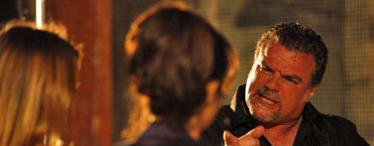 Russo (Adriano Garib) dá um jeito de ficar sozinho com Morena (Nanda Costa) e Jéssica (Carolina Dieckmann) e pressiona as duas para entregarem para ele o bilhete de Waleska (Laryssa Dias)
