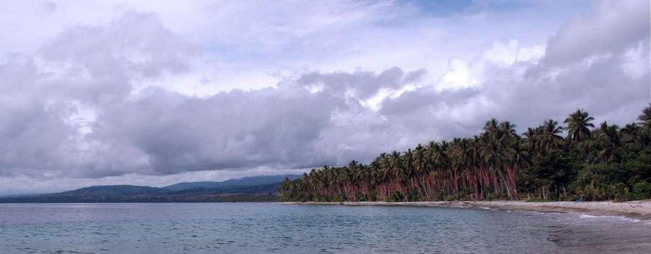 Bonegi Beach, Honiara, Ilhas Salomão Honiara foi construída para ser a capital das Ilhas Salomão após as violentas batalhas da Segunda Guerra Mundial que destruíram a antiga capital, Tulagi. A apenas 20 minutos do centro de Honiara, a praia de Bonegi Beach tem águas calmas e areias brancas decoradas com palmeiras. Além da presença numerosos corais e peixes coloridos, que fazem dela um ponto ideal para snorkeling, a praia tem vestígios de navios naufragados da Segunda Guerra que atraem mergulhadores