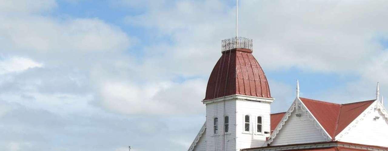 Palácio de Nuku Alofa, Nuku Alofa, Tonga Situado ao noroeste da capital Nukualofa, perto do Oceano Pacífico, o Palácio Real de Tonga foi construído em 1867. Este belo palácio de madeira éa residência oficial do rei de Tonga, e apesar de não ser aberto a visitas, cria um belo cartão-postal visível para todos os turistas