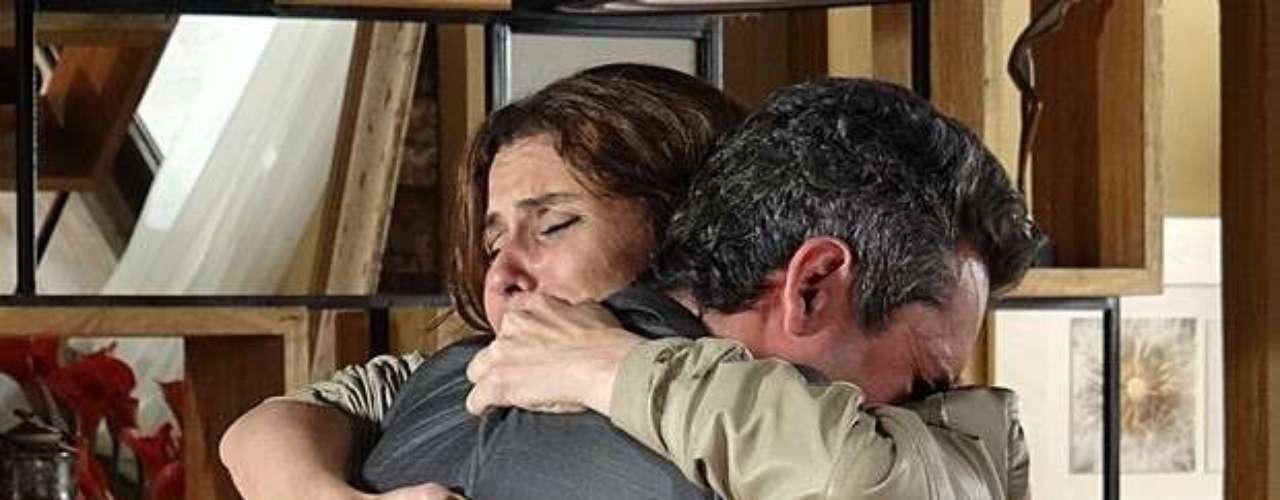 Após conseguir sair do carro em chamas, Helô (Giovanna Antonelli) volta para casa, em Salve Jorge. Ao ver o estado da patroa, Creusa (Luci Pereira) liga para Stenio (Alexandre Nero) e conta sobre o atentado. O advogado larga tudo e vai correndo ver a ex-mulher. Emocionados, eles se beijam