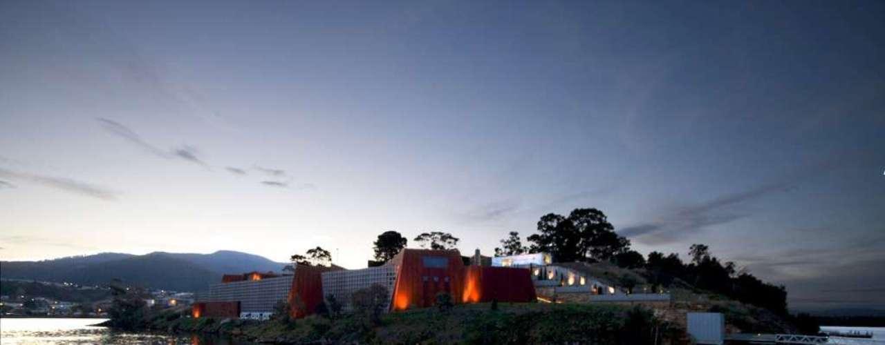 MONA, Tasmânia, Austrália: discreto, mas futurista, o edifício do MONA, sigla usada em inglês para definir o Museu de Antiga e Nova Arte, foi encomendado pelo colecionador David Walsh e construído numa estrutura de três andares frente ao mar nos penhascos de Península de Berriedale, na Tasmânia. O prédio tem grandes escadarias pelas quais os visitantes vão da superfície até os níveis subterrâneos, num design interessante e inovador