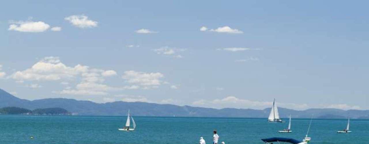 Luxo, conforto, contato com a natureza e muita badalação são destaques das praias localizados em Santa Catarina e Bahia
