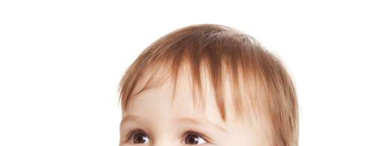 a melhor tática é que a criança tenha bons exemplos em casa. Os pequenos precisam assistir seus pais e irmãos mais velhos escovando os dentes, uma vez que a imitação dos hábitos das pessoas queridas é a melhor maneira de motivar crianças