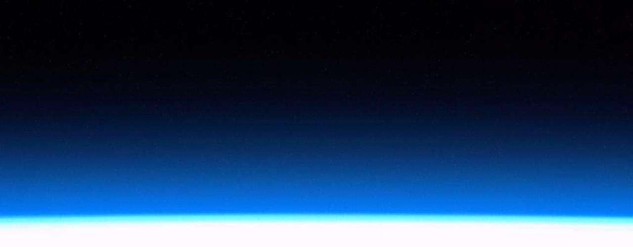 O horizonte terrestre momentos antes do nascer do Sol foi capturado em 15 de janeiro pelo astronauta Chris Hadfield, que está vivendo na Estação Espacial Internacional
