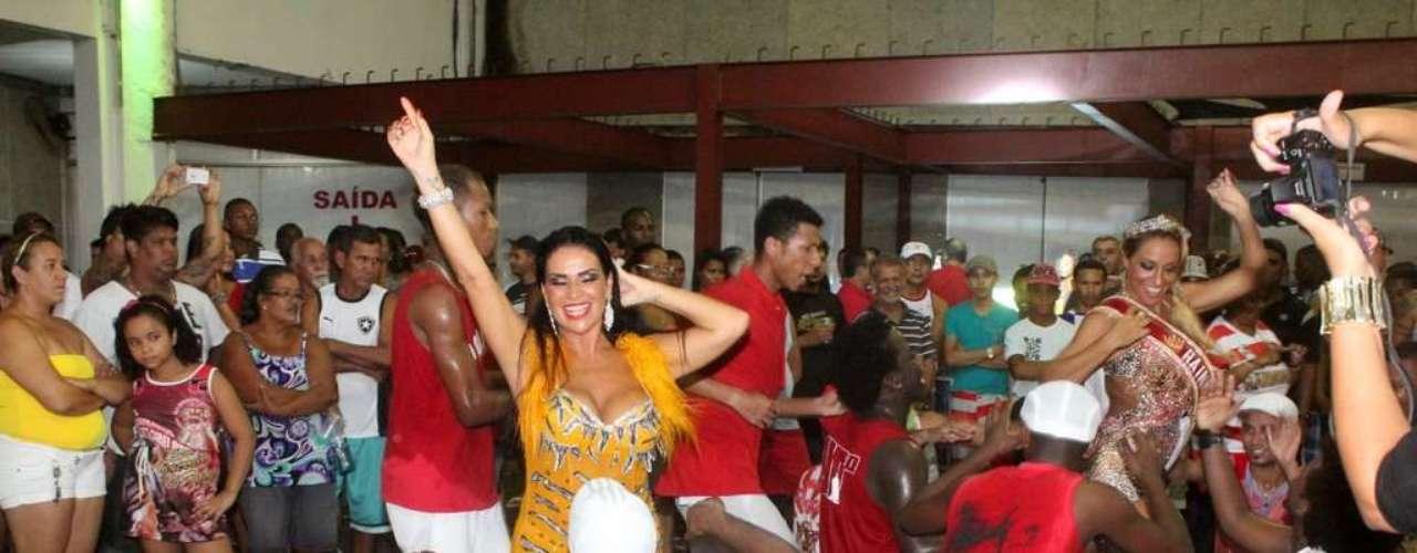 Solange Gomes aproveitou a noite de quarta-feira (16) para cair no samba na quadra da escola Porto da Pedra, no Rio de Janeiro. Ela estava acompanhada da rainha de bateria Alessandra Mattos